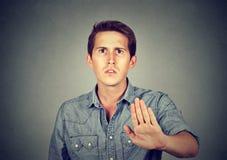 Hombre enojado asqueado del retrato con gesto de mano de la parada fotografía de archivo