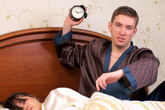 Hombre enojado con el reloj de alarma Foto de archivo