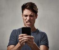 Hombre enojado con el teléfono celular Imagen de archivo libre de regalías