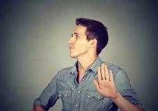 Hombre enojado con la mala actitud que da charla al gesto de mano Fotos de archivo libres de regalías