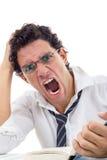 Hombre enojado con los vidrios en la camisa blanca que se sienta con el libro Fotos de archivo libres de regalías