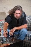 Hombre enojado de la cuadrilla del motorista con la daga Foto de archivo