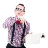 Hombre enojado del empollón con el libro Imágenes de archivo libres de regalías