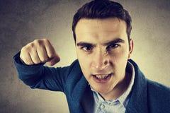 Hombre enojado del hombre joven con un puño fotografía de archivo