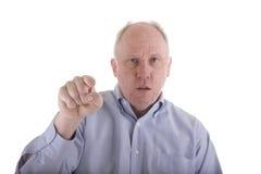 Hombre enojado en camisa azul que señala en la cámara Imagen de archivo libre de regalías