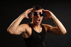 Hombre enojado en camisa negra Fotografía de archivo libre de regalías