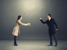 Hombre enojado en desacuerdo con la mujer joven Imagen de archivo libre de regalías