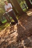 Hombre enojado en el parque en la salida del sol Fotos de archivo libres de regalías