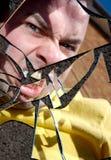 Hombre enojado en espejo quebrado Fotos de archivo