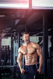 Hombre enojado en gimnasio Imagenes de archivo