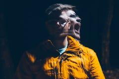 Hombre enojado en la oscuridad Fotografía de archivo libre de regalías