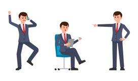 Hombre enojado en traje de negocios azul marino que grita en el smartphone, señalando el finger Hombre sorprendido que se sienta  Fotos de archivo libres de regalías