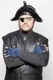 Hombre enojado en un traje del pirata Foto de archivo libre de regalías