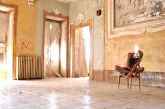 Hombre enojado en una casa vieja, abandonada en Italia