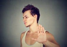 Hombre enojado enfadado con la mala actitud que da charla al gesto de mano Imagen de archivo