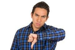 Hombre enojado joven que lleva una presentación azul de la camisa de tela escocesa Imágenes de archivo libres de regalías