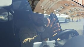 Hombre enojado loco enfadado mientras que conduce un coche Griter?o enojado del conductor agresivo irritado con tr?fico almacen de metraje de vídeo