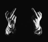 Hombre enojado, mano con los dedos medios, en fondo negro, concep fotos de archivo