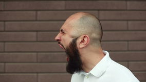 Hombre enojado que grita metrajes