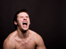 Hombre enojado que grita en rabia extrema Foto de archivo