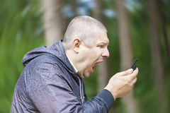 Hombre enojado que grita en teléfono Fotos de archivo libres de regalías
