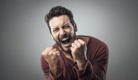 Hombre enojado que grita hacia fuera ruidosamente Imágenes de archivo libres de regalías