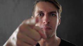 Hombre enojado que grita y que expresa cólera y el desacuerdo almacen de metraje de vídeo