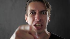 Hombre enojado que grita y que expresa cólera y el desacuerdo almacen de video