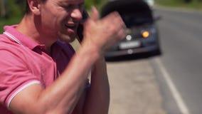 Hombre enojado que habla con el encargado del rescate de la emergencia metrajes