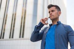 Hombre enojado que habla en el teléfono móvil imagen de archivo
