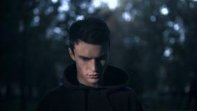 Hombre enojado que mira la cámara, la magia negra, la violencia y el miedo, pesadilla terrible metrajes