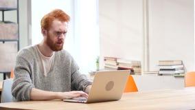 Hombre enojado que trabaja en el ordenador portátil, fracaso almacen de video