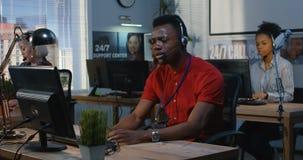 Hombre enojado que trabaja en un centro de ayuda