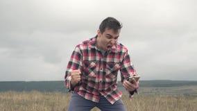 Hombre enojado que usa el teléfono y el grito almacen de video