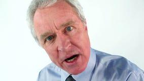 Hombre enojado que usa un megáfono almacen de metraje de vídeo