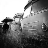 Hombre entre los omnibuses abandonados Fotos de archivo libres de regalías