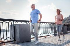 Hombre envejecido alegre que corre y que hace ejercicios cardiios Fotos de archivo libres de regalías