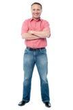 Hombre envejecido casual que se coloca en el fondo blanco Imágenes de archivo libres de regalías