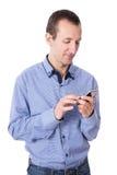 Hombre envejecido centro que usa el teléfono elegante aislado en blanco imágenes de archivo libres de regalías