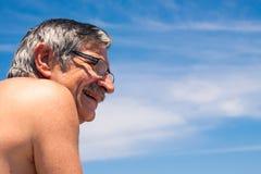 Hombre envejecido centro sobre el cielo azul Fotos de archivo