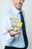 Hombre envejecido centro sonriente aislado en blanco imagen de archivo libre de regalías