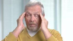 Hombre envejecido con cierre severo del dolor de cabeza para arriba almacen de metraje de vídeo
