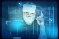 Hombre envejecido en auriculares de la realidad virtual delante del scre interactivo fotos de archivo libres de regalías