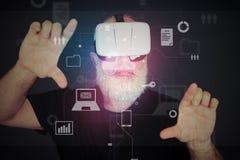 Hombre envejecido en los vidrios de la realidad virtual que enfocan la pantalla virtual Fotografía de archivo