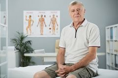 Hombre envejecido en oficina médica fotos de archivo libres de regalías