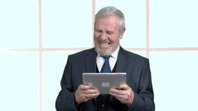 Hombre envejecido en traje de negocios con la tableta de la PC almacen de metraje de vídeo