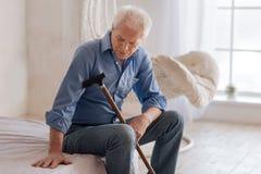 Hombre envejecido infeliz que es solo imagen de archivo