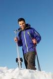 Hombre envejecido medio el día de fiesta del esquí en montañas fotos de archivo