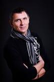 Hombre envejecido medio hermoso que desgasta una bufanda Fotografía de archivo