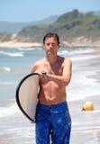 Hombre envejecido medio hermoso waliking a lo largo de la playa Imagen de archivo libre de regalías